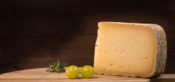 ossau-iraty, französischem käse - wie alt werden kühe stock-fotos und bilder