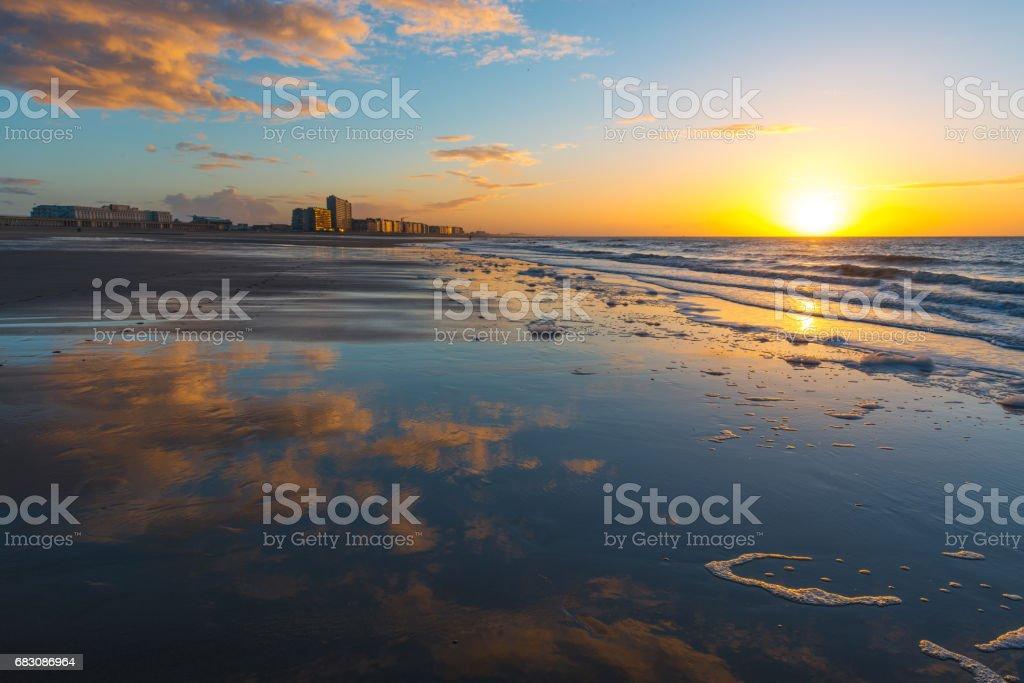 Oostende strand bij zonsondergang foto