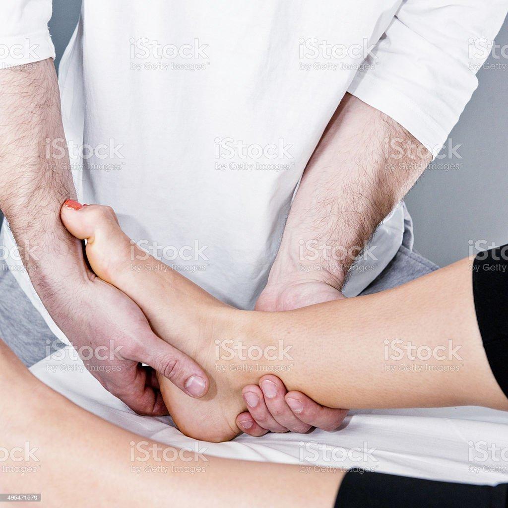 Osteopathie arbeiten mit Geschwollen Knöchel Lizenzfreies stock-foto