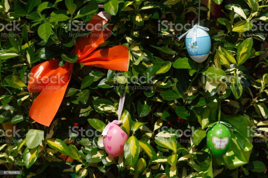 Ostereier und Schleife in Blättern hängend royalty-free stock photo