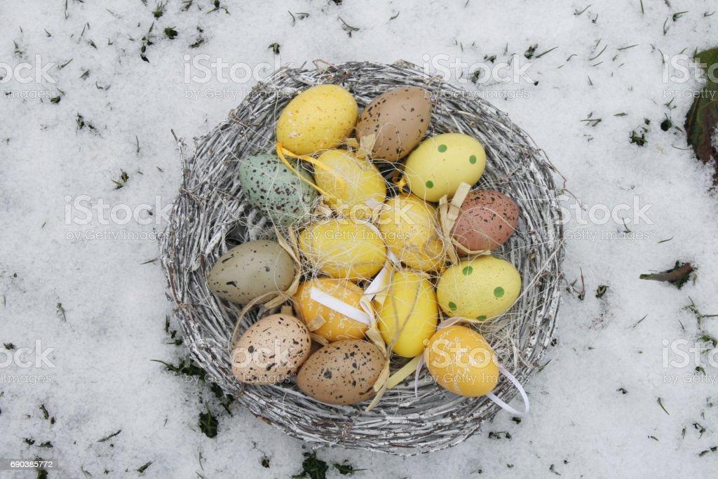 Osternest im Schnee stock photo