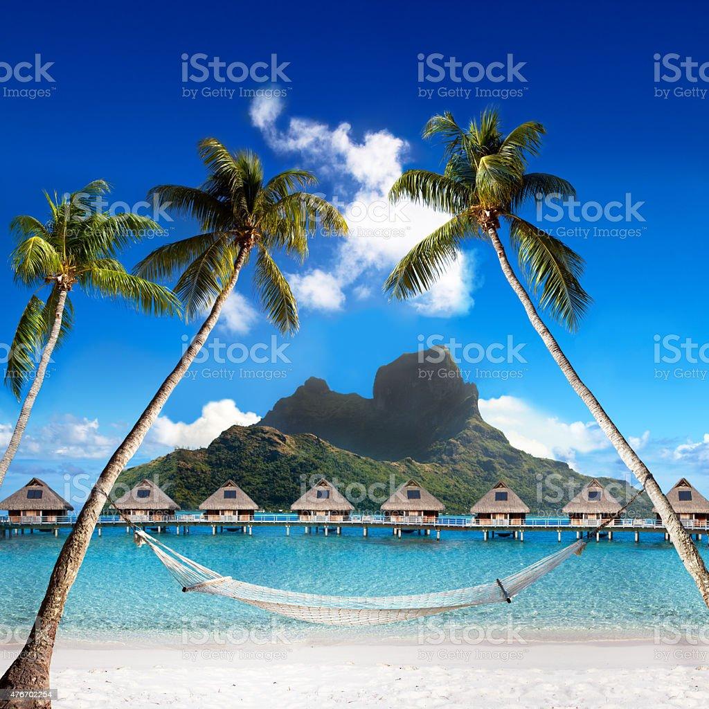 Otemanu mountain palms con hamaca de playa y al mar.   De Bora Bora.   Polinesia - foto de stock