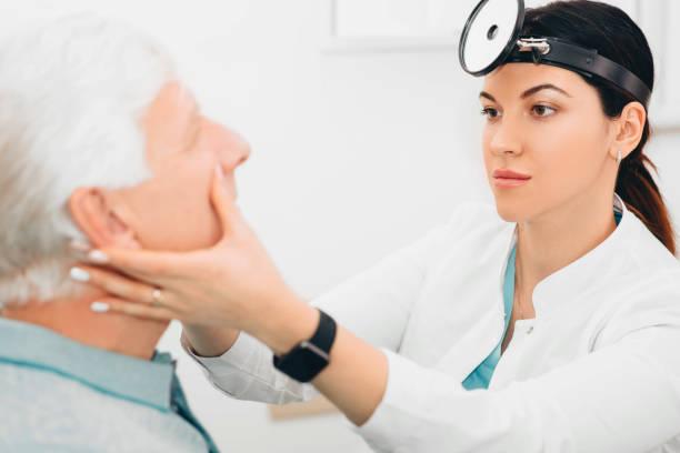 kno onderzoekt de neus van de patiënt bij medisch bureau - bijholte stockfoto's en -beelden