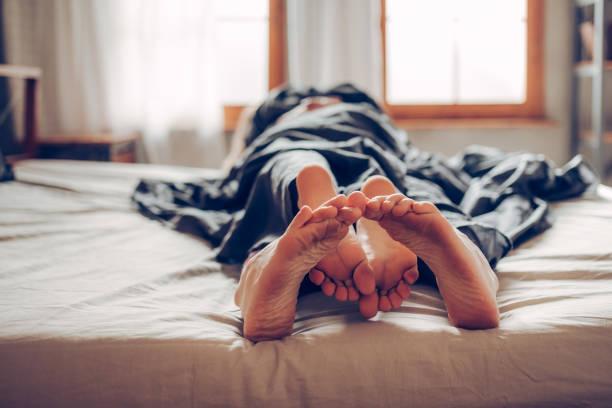 unser bett ist kurz - sex sexuelle themen stock-fotos und bilder