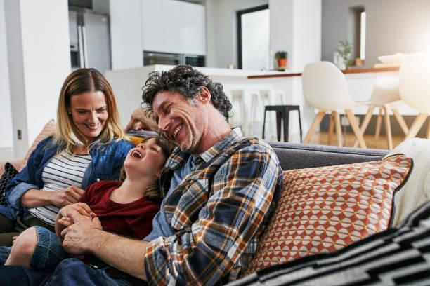 unsere familie ist alles über liebe und lachen - behaglich stock-fotos und bilder