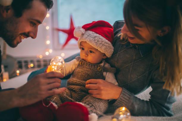 unser erstes weihnachten - kinder weihnachtsfilme stock-fotos und bilder