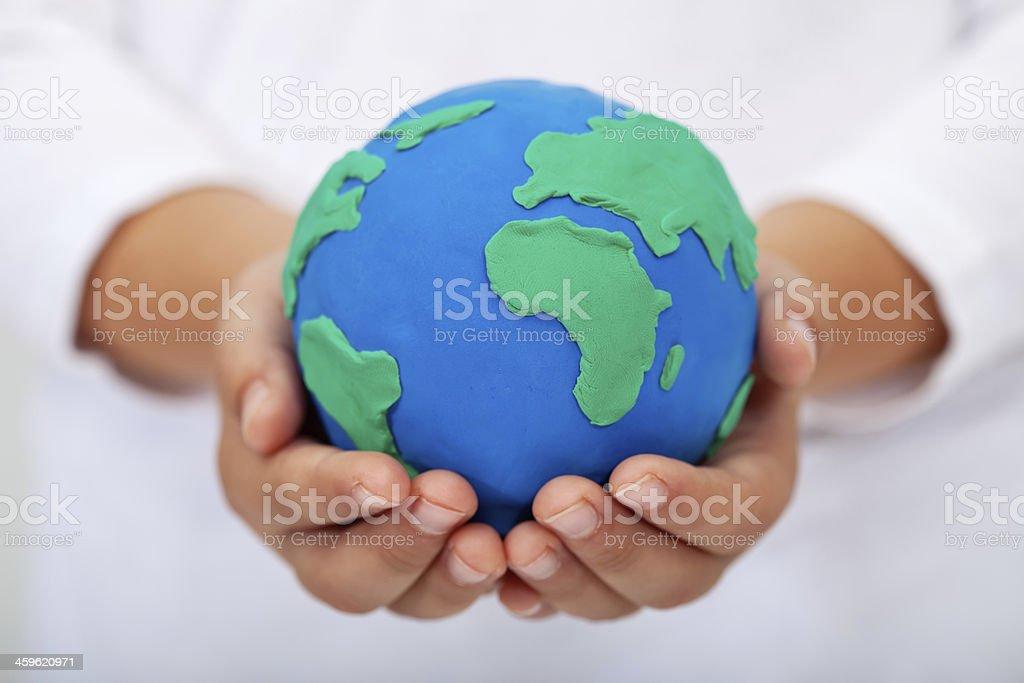 Unserem Haus-Kind holding Erde von Ton gemacht – Foto