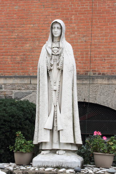 our lady of fatima outside the church of st. anthony of padua - jesus and heart zdjęcia i obrazy z banku zdjęć