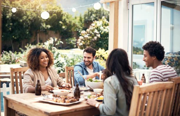 nuestro amor por la comida es un hilo común - couple lunch outdoors fotografías e imágenes de stock