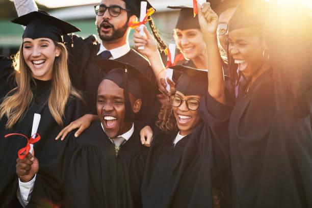 nuestros padres están tan orgullosos de nosotros - graduación fotografías e imágenes de stock
