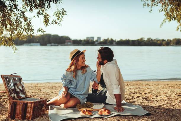 unsere zeit ist immer die beste zeit - romantisches picknick stock-fotos und bilder