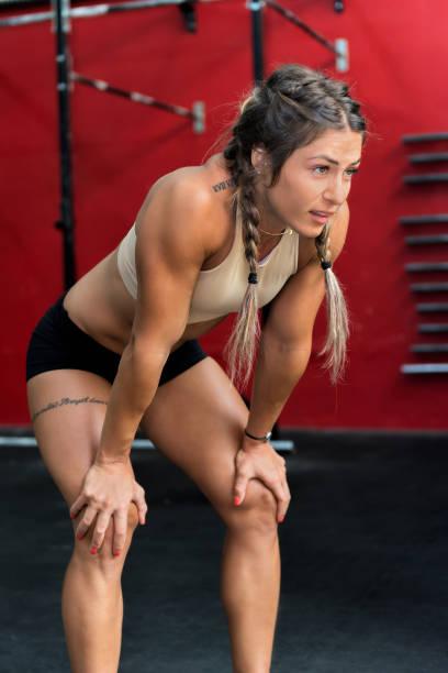 aus atem & fitnessstudio - französisch übungen stock-fotos und bilder