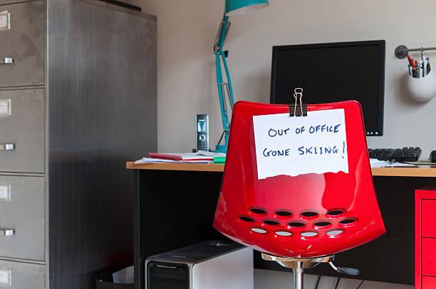 out of office.  gone skifahren! - mittagspause schild stock-fotos und bilder