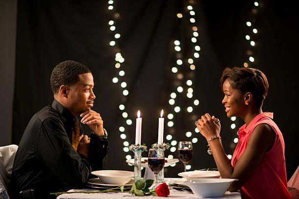 en una fecha - cena romantica fotografías e imágenes de stock