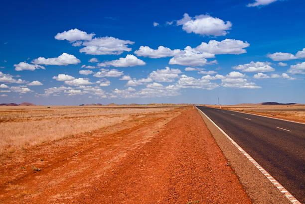 Outback-Landschaft mit gerade road – Foto