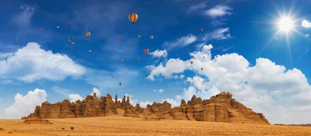 탄토르라 풍선 축제 기간 동안 마다인 살레 고고학 유적지의 노두, 알 울라, 사우디 아라비아 - saudi national day 뉴스 사진 이미지