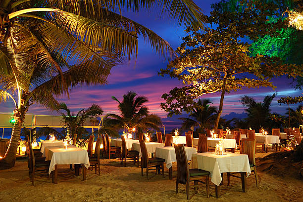 Outdoor-restaurant am Strand bei Sonnenuntergang, Phuket, Thailand – Foto