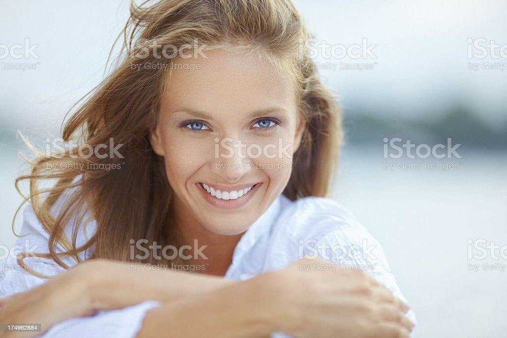 Beauté extérieure portrait de Jeune femme décontractée avec beau sourire. - Photo