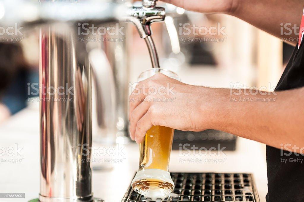 Dispensador de cerveza al aire libre - foto de stock