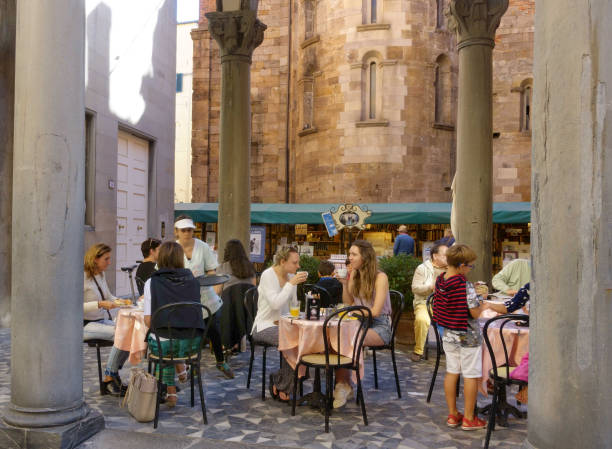 Outdoor cafe at the Piazzette del  Libro LUCCA,ITALY-SEPTEMBER 29,2018: Outdoor cafe at the Piazzette del  Libro; the book market in Lucca libro stock pictures, royalty-free photos & images
