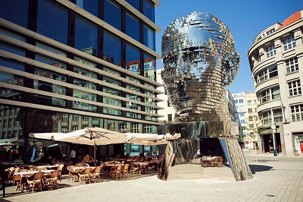 outdoor cafe near famous artist david cerny's sculpture metalmorphosis - praga boémia - fotografias e filmes do acervo