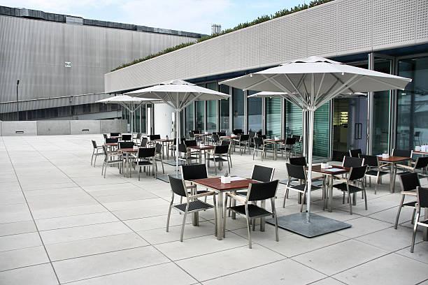 café im außenbereich - sonnenschirm terrasse stock-fotos und bilder