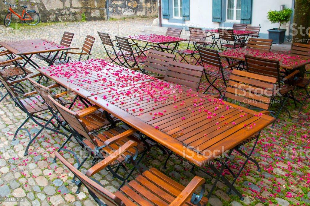 Café mit Baum Frühlingsblüten auf den Tischen im Freien. – Foto