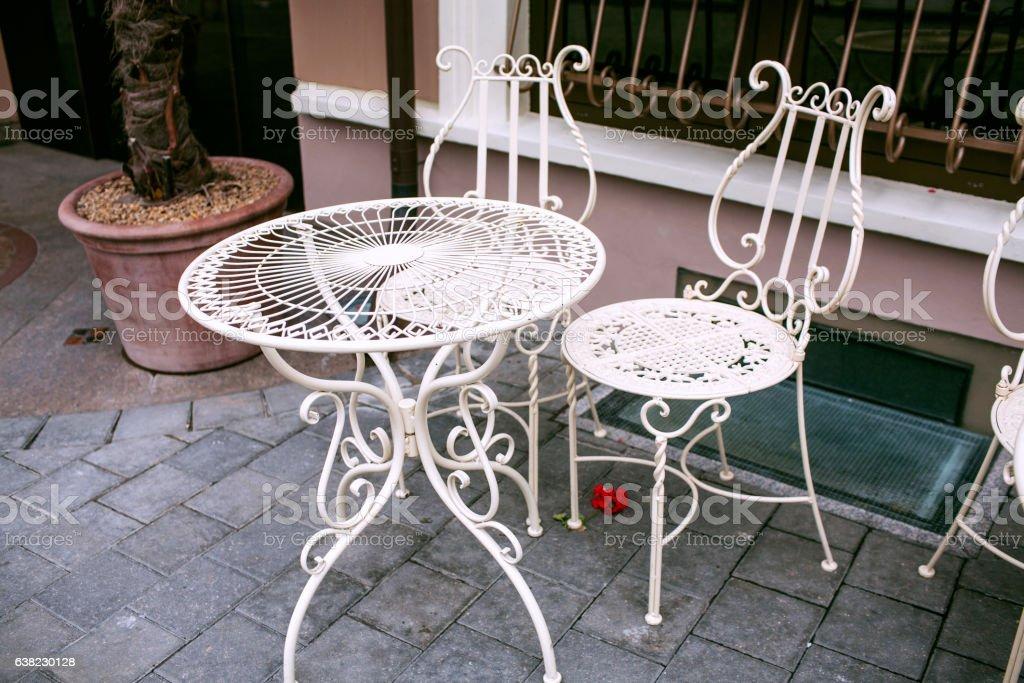 outdoor cafe with white wrought-iron furniture, Vilnius - foto de stock