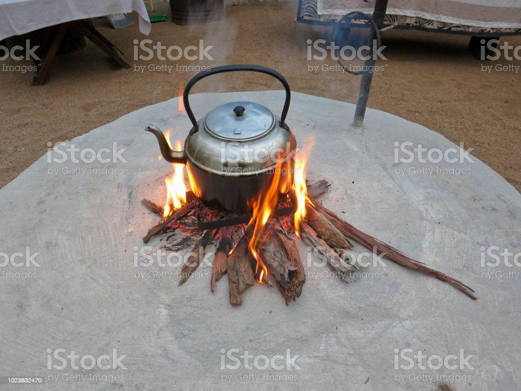 Outdoorcamping Teekanne Kochen In Feuerstelle Stockfoto Und Mehr Bilder Von Abenteuer Istock