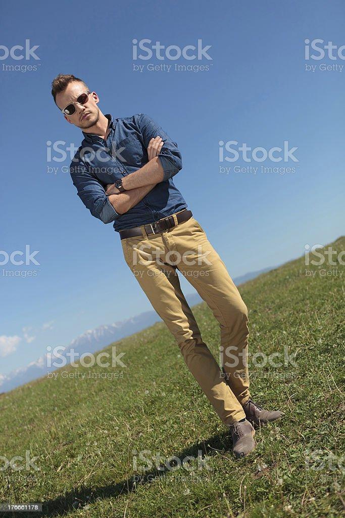 Hombre informales al aire libre con brazos está plegada foto de stock libre de derechos