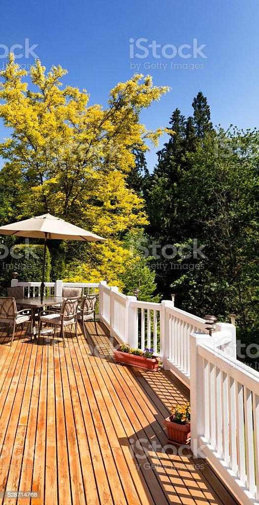 Cedro La Terraza Al Aire Libre Con Florecer árboles Y El