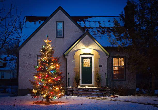 outdoor-weihnachtsbaum, dekoriert mit lichtern in der sie sich wie zu hause fühlen - weihnachtlich beleuchtete häuser stock-fotos und bilder