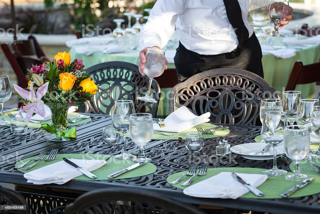 Table setting for dining in outdoor environment