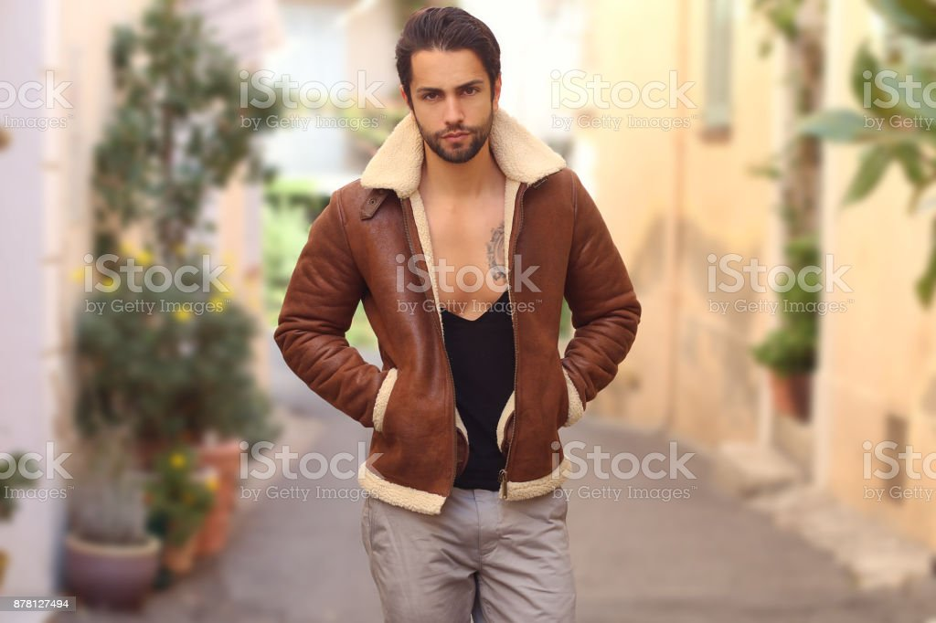Queda exterior retrato de homem bonito elegante casaco de peles de moda. - foto de acervo