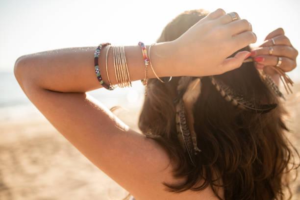 outdoor-mode, hipster posiert mit trendigen accessoires und boho-stil kleidung am strand - a zone armband stock-fotos und bilder