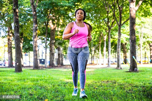 istock Outdoor fitness activities in the city - Chicago - USA 618362516