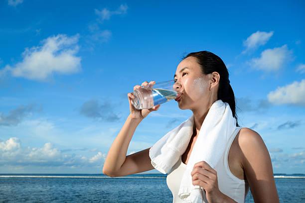 fitness im freien - wasser trinken abnehmen stock-fotos und bilder