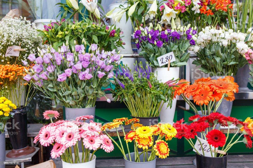 Buiten bloemenwinkel met lelies, rozen en pioenrozen - Royalty-free Beschrijvende kleur Stockfoto