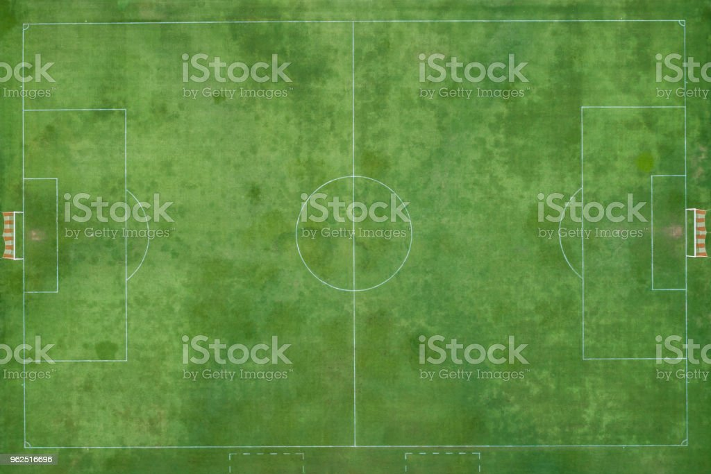 Estádio de futebol ou futsal ao ar livre. Grama verde e feita por - Foto de stock de Avião sem piloto royalty-free