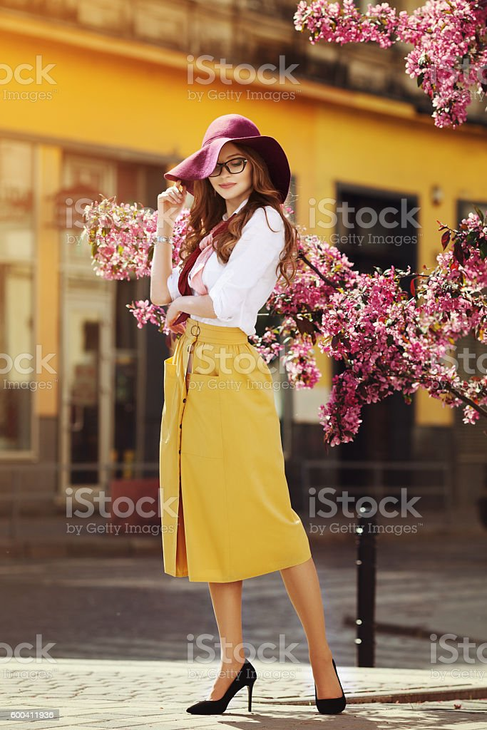 Outdoor full body portrait of young beautiful fashionable happy lady – Foto