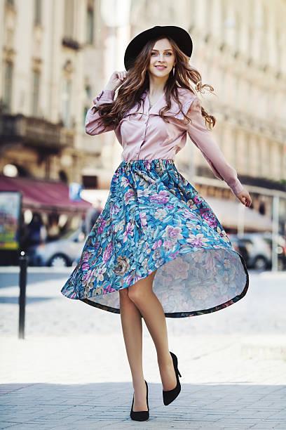 outdoor full body portrait of young beautiful fashionable happy lady - damen rock pink stock-fotos und bilder