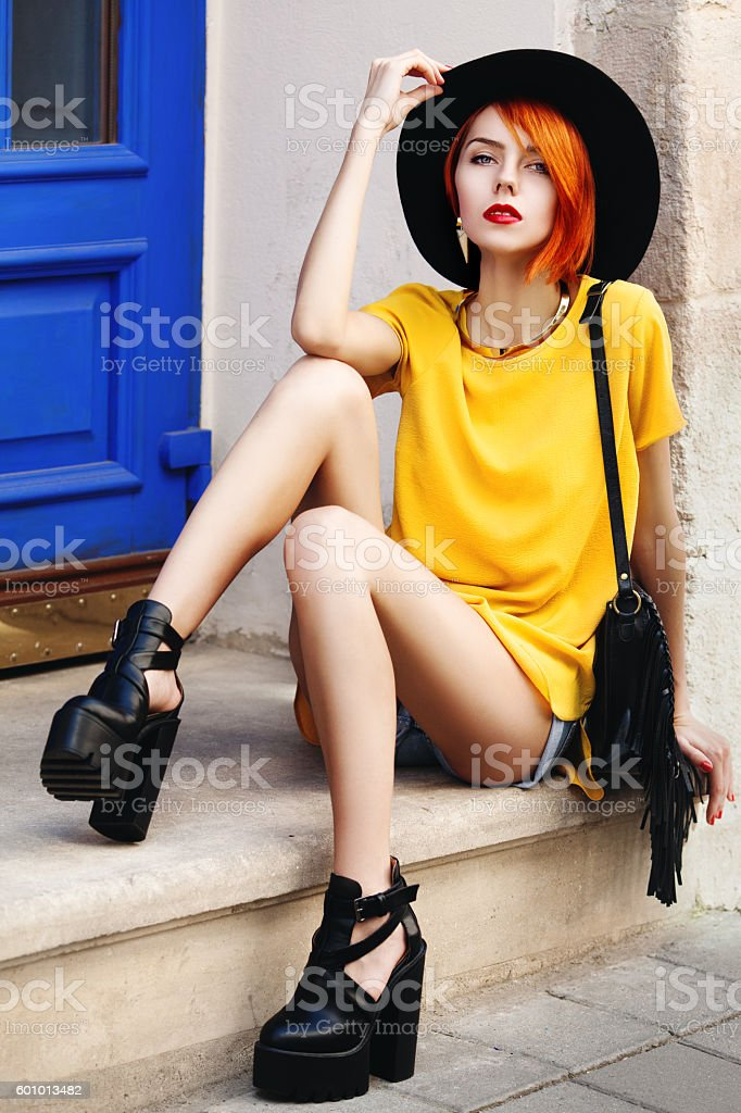Outdoor full body portrait of young beautiful fashionable lady posing – Foto