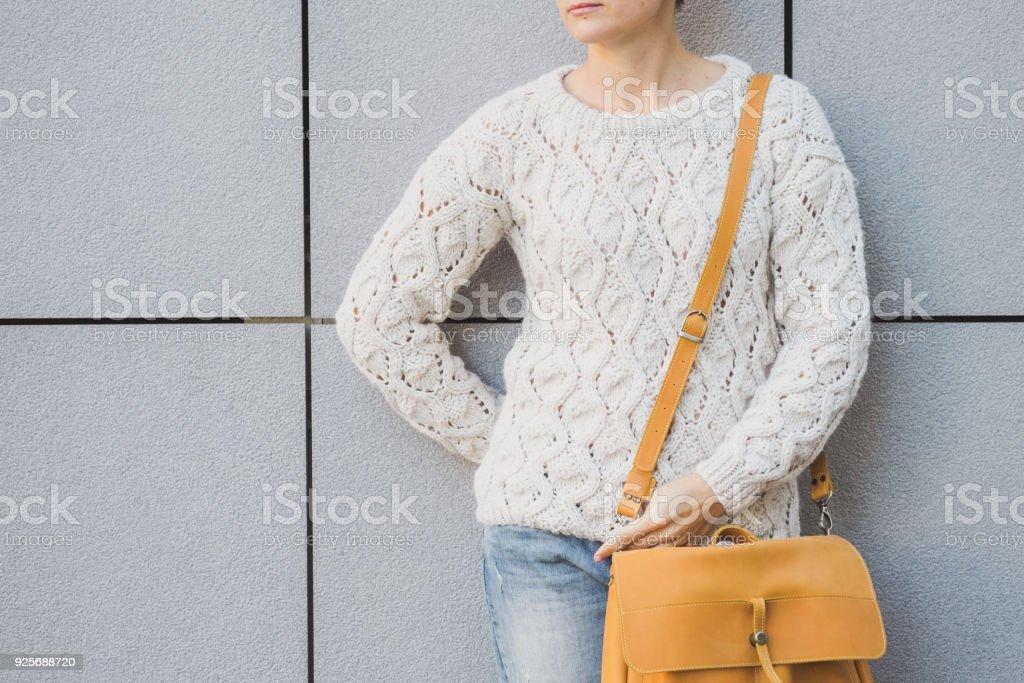 Retrato de corpo inteiro ao ar livre da jovem e bela mulher elegante - foto de acervo