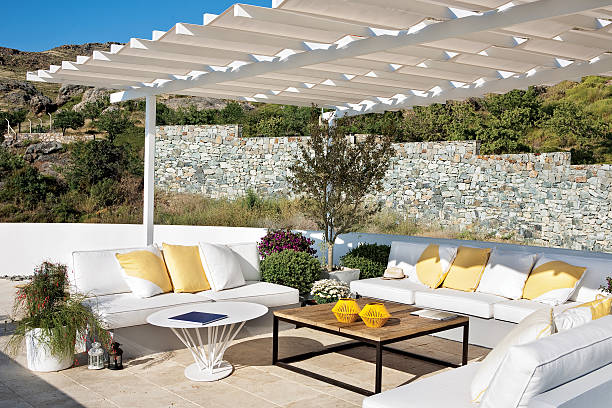 gartenmöbel - sonnenschirm terrasse stock-fotos und bilder