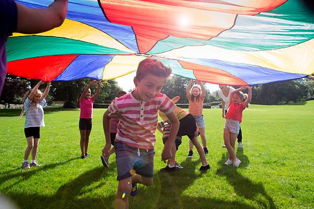 outdoor-spiele - vorschuldekorationen stock-fotos und bilder