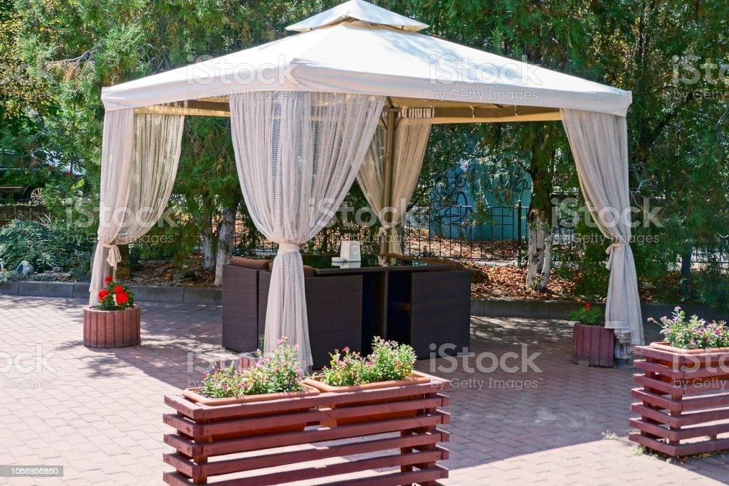 Photo libre de droit de Kiosque De Jardin Avec Rideaux Et ...