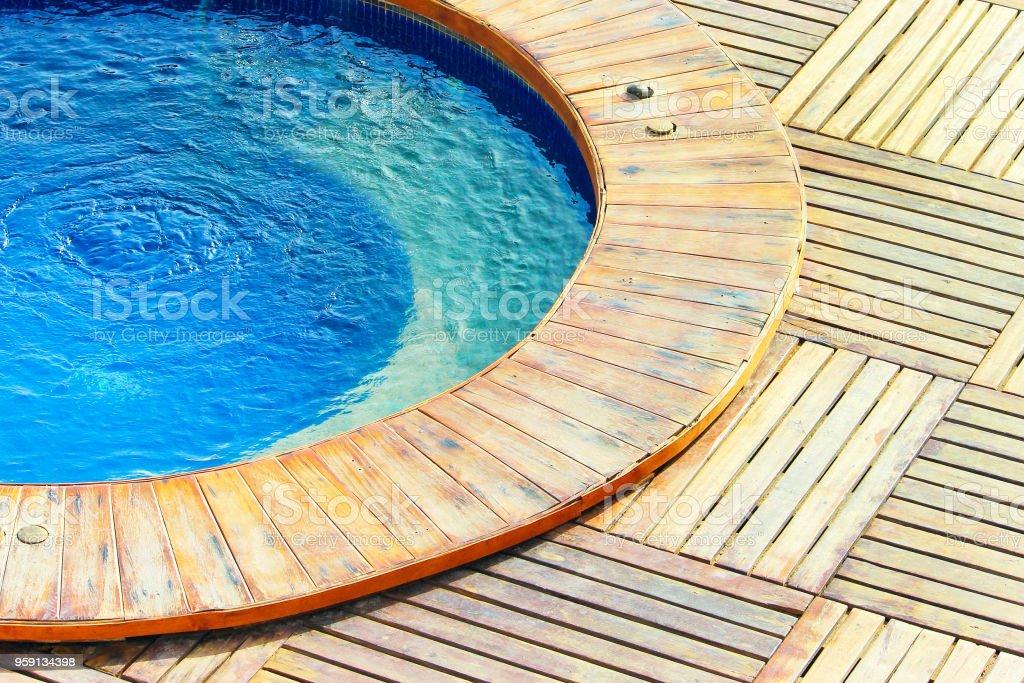 Piscina Con Jacuzzi.Piscina Con Jacuzzi Al Aire Libre Con Agua Azul Suelo De