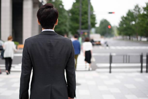 東京のビジネスマンの屋外イメージ - 背中 ストックフォトと画像