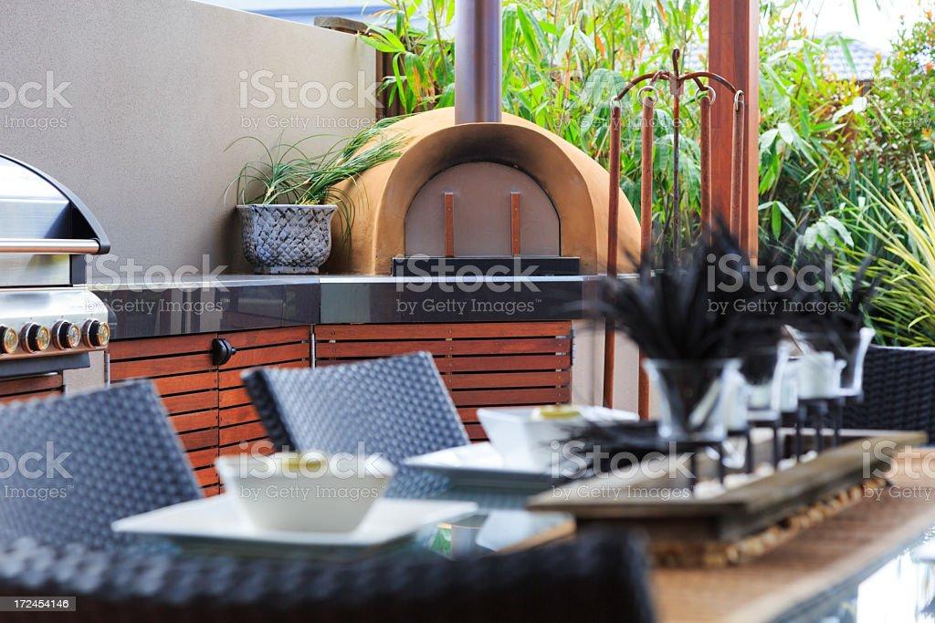 Outdoorküche Edelstahl Xl : Outdoorküche mit edelstahlbarbecue und pizzaofen stock fotografie