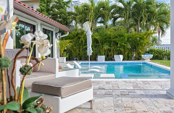 im außenbereich mit swimmingpool - palmengarten stock-fotos und bilder